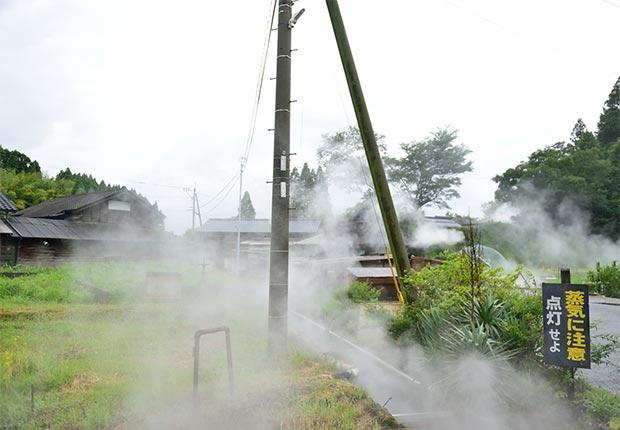 集落のあちこちの地面から蒸気が噴出している