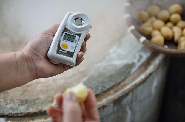 ひとつひとつの食材の温度と糖度を計る