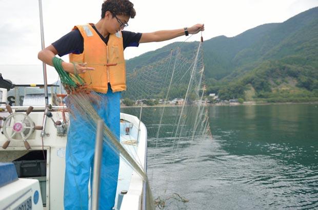 網を湖に入れていく