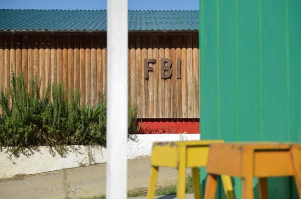 建物に飾られたのF.B.I.ロゴ