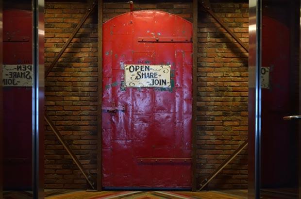 扉には「OPEN」「SHARE」「JOIN」の文字