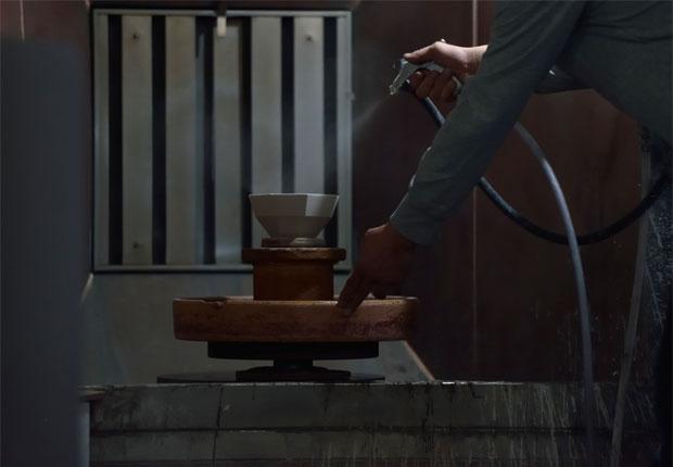 KIKOFのボウルに釉薬を吹きつける