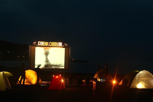 特設ラジオ局にピーター・バラカンさんらがゲスト出演。映画だけじゃない!「第6回逗子海岸映画祭」 「colocal コロカル」ローカルを学ぶ・暮らす・旅する