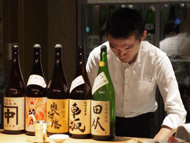 増加する立飲み日本酒バー。きき酒コースが人気、名古屋発「八咫(やた)」渋谷道玄坂にオープン|「colocal コロカル」ローカルを学ぶ・暮らす・旅する