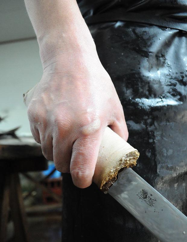 越田さんの手には三枚おろしの際にできる職人ダコが。出刃包丁が毎日の研ぎによって薄い刀のよう。