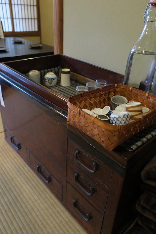 お酒は、小さい酒蔵を中心に集めた地酒が25種