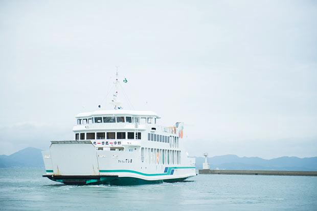 フェリーの写真。豊島へは、宇野港(岡山)や高松港から船で訪れることができます