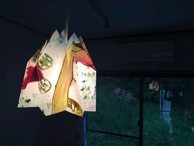 照明カバーは島の子どもたちと一緒にワークショップをして描いたワーロン紙で