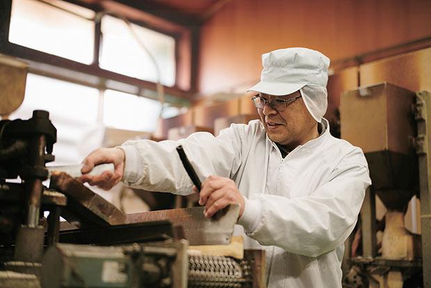 素朴な味のぽんせん。工場長の高橋文和さんたちスタッフが、昔から変わらぬつくり方で丁寧に焼き上げている。