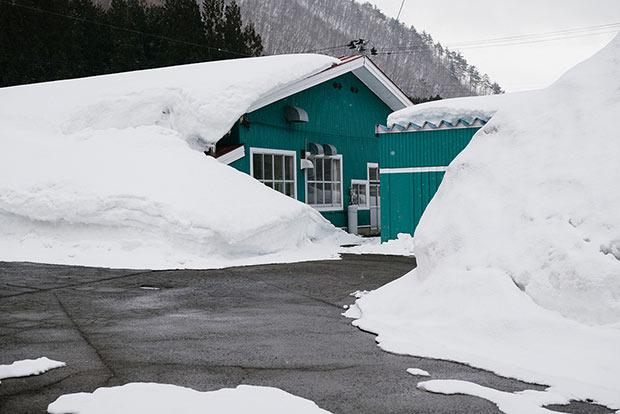 すっぽりと雪に覆われた〈サンタランド〉。
