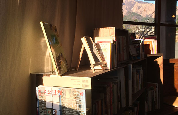 壁もドアも床もすべて木造で、屋根は水色、絵本にでも出てくるようなかわいらしい駅舎