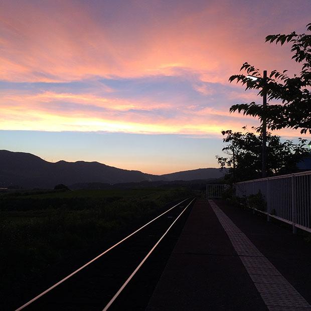 駅のホームに出てみると、目の前を横に真っ直ぐとのびる線路と、遠くまで田園が広がっています