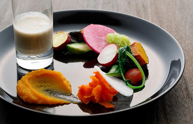 薪の音の料理「地元野菜のサラダ仕立て 牛蒡(ごぼう)のスープとともに」。具材はかぼちゃのペースト、にんじんのマリネ、大根、カブ、トマト、キュウリ、さつまいもなど。