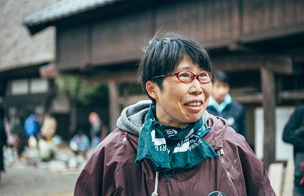 「お祭りみたいで楽しい」と積極的に参加する笠間焼作家の小堤晶子さん。