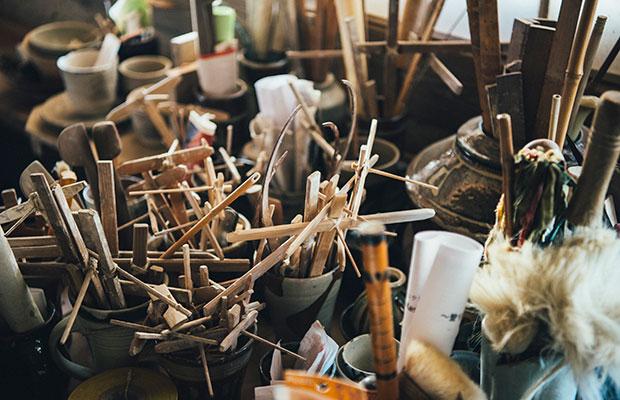 濱田窯の工房に無造作に置かれた道具の数々。