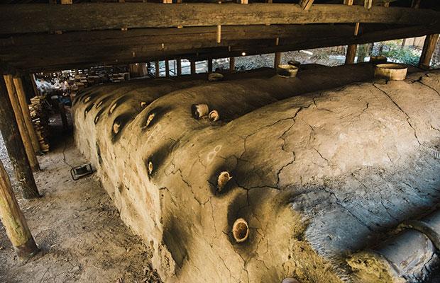 窯焚きの炎の強さを感じさせるスス跡が黒く残った登り窯。