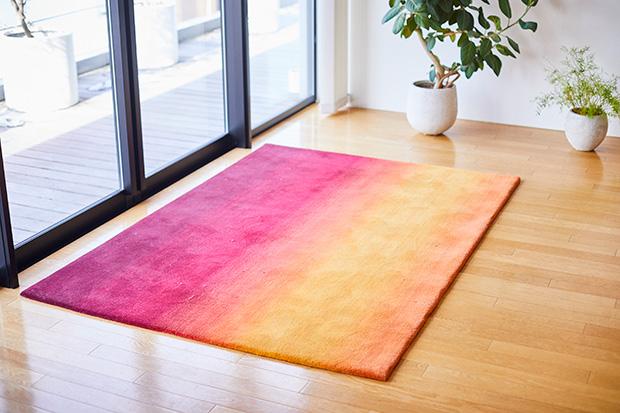 エイトブランディングデザインのオフィスで使われている〈山形緞通〉の手織じゅうたん。