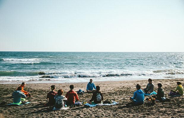 約15キロのトレイルを走った後、稲村ヶ崎の海岸で瞑想を行い、この日のラン・マインドフル・リトリートのプログラムは終了した。