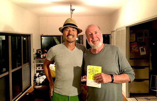 松島さんが担当した書籍『〈インターネット〉の次に来るもの』などの著者で、『WIRED』創刊編集長としても知られるケヴィン・ケリー氏と。ハイキング好きのケヴィン氏が鎌倉に訪れたときの一枚。(写真提供:松島倫明)