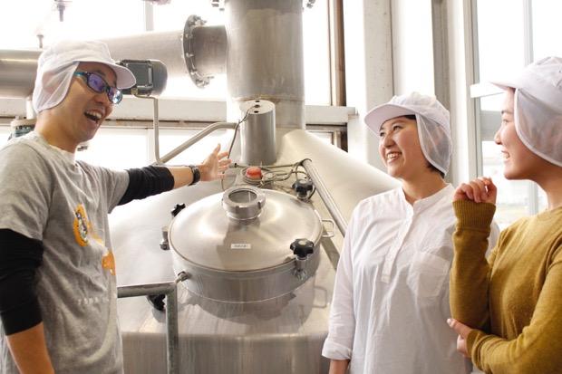 設備を間近に見ながらビールの醸造工程を学ぶ