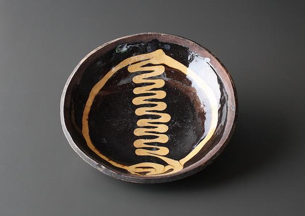 『スリップウェア 皿』(イギリス)17世紀(公財)濱田庄司記念益子参考館蔵 撮影:秋山晋一