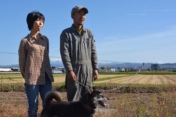 奥さまと、ジュースのラベルのモデルにもなった北海道犬の天くん。