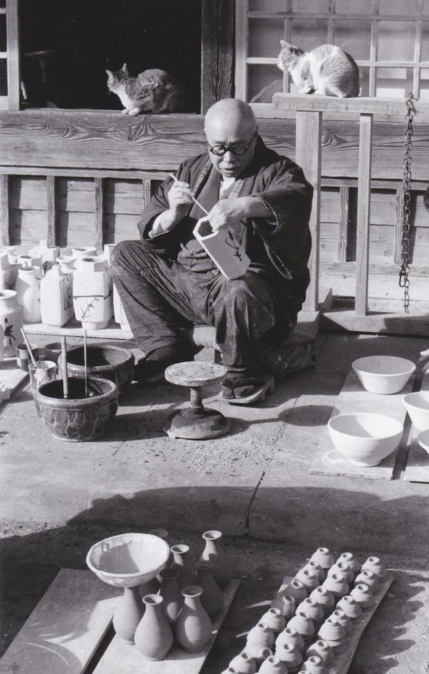 益子で作陶する濱田庄司さん。写真提供:(公財)濱田庄司記念益子参考館