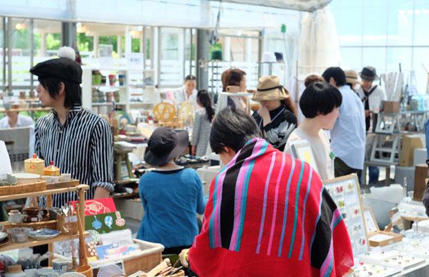 会場では毎年チャリティーマーケットが行われ、この収益と入場料の一部は、震災のあった地域への復興支援のための寄付にあてられています。