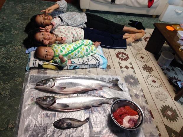 北海道の鮭と並んだ子供たち、楽しい北海道暮らしです。イクラ付き。