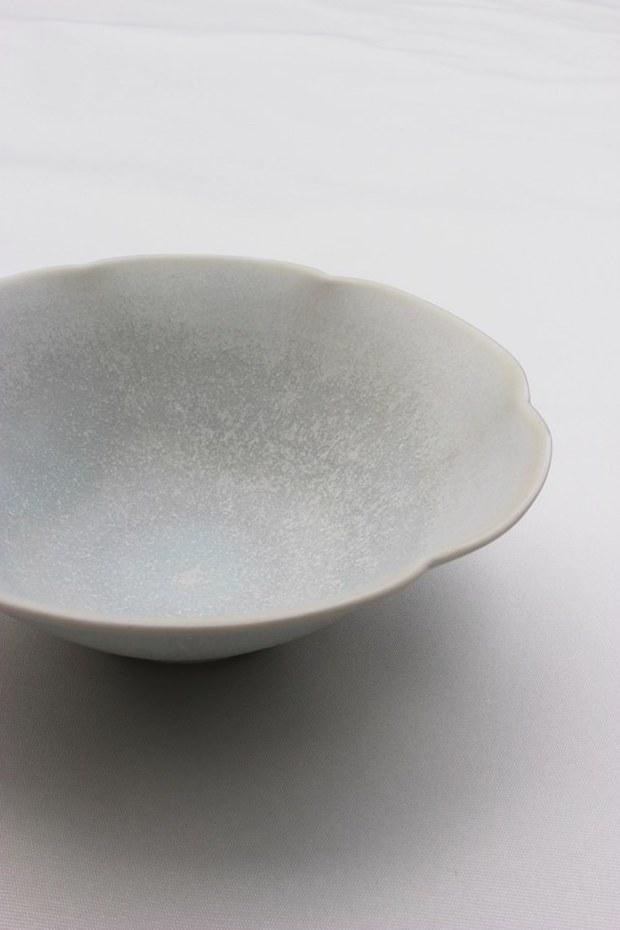 クラフトフェアまつもと企画展『てのひらに』。「てのひらに」をテーマにつくられた作品が並びます。こちらは原万理江さんの作品。