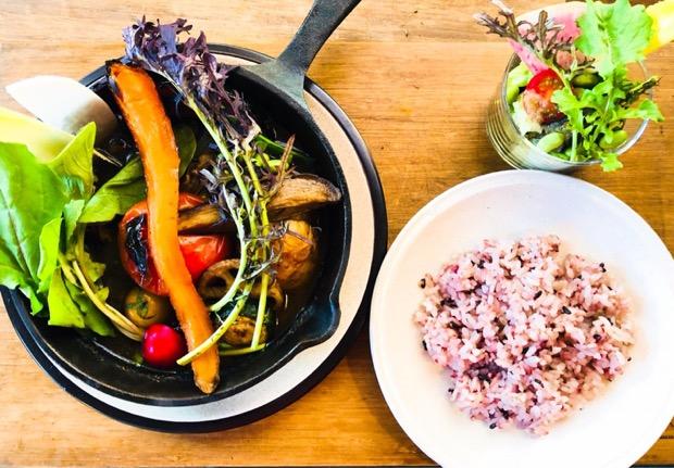 軽井沢産地野菜をじっくり焼いた丸ごとトマトのスープカレー