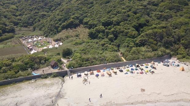 海岸線でのキャンプの様子を上空から撮影
