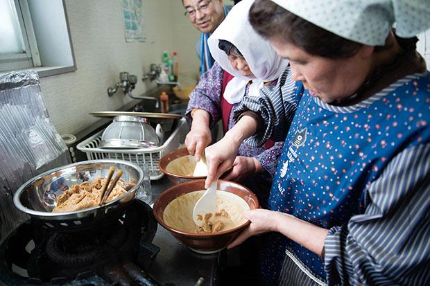 ユキノチカラツアーにて、納豆汁をつくる左草畑作生産組合のお母さんたち。