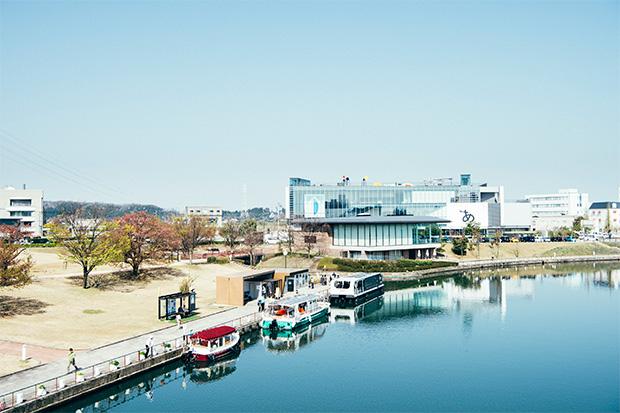 富山駅北側に隣接する富岩運河冠水公園には、昨年富山県美術館も誕生。伸びやかな水辺の空間は、埋め立てて道路にするはずだった運河を再生した市民の憩いの場。ソーラー船や電気ボートを使った運河クルーズは旅行者にも人気で、路面電車とともに環境配慮都市を目指す富山市のシンボルになっています。