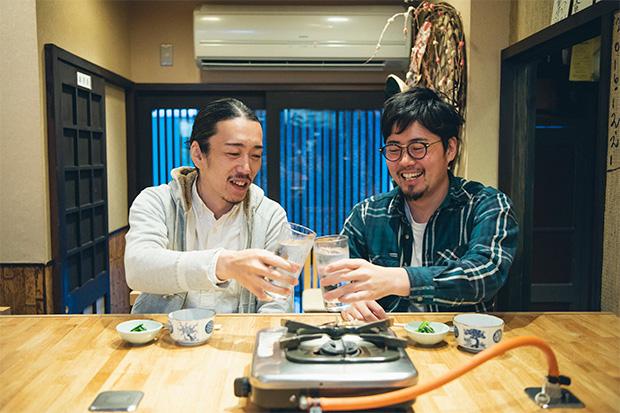 今回の案内人・蛯谷さん(右)と、シアターカフェ〈ほとり座〉の創設者でDJでもある田辺和寛(かずひろ)さん(左)。ふたりは〈大手モールフェス〉の仕事を共にし、意気投合。富山の食やエンターテイメントのシーンやプロダクトを一緒につくっていこうと、新たな会社を今年はじめに立ち上げたパートナー。〈ほとり座〉やふたりで共同経営する準備中のカフェの経営などを通して、富山の中心市街地での遊び場を増やしていくことに取りかかっています。