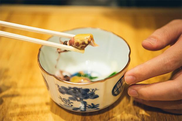 きょうの突き出しは、ホタルイカの酢味噌和え。3月に漁が解禁される富山湾産は丸々と太り柔らかくて甘いのが特徴です。「ホタルイカが出てくると春を感じます。やはり富山で食べるホタルイカは抜群においしい。鮮度が違います。昔はわからなかったけれど、東京から戻ってきてそれを実感します」(蛯谷さん)250円。