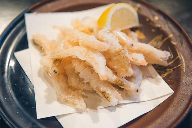 """白エビのからあげ。""""富山湾の宝石""""と呼ばれる白エビ。漁が解禁されるのは4月。いまは県外でも人気が高まり、価格が高騰しているそうです。「一匹ずつ丁寧に手剥きされた、とろけるような生の剥き身も最高ですが、パリッとしたからあげも、地元ではポピュラーな食べ方です」(蛯谷さん)600円。"""