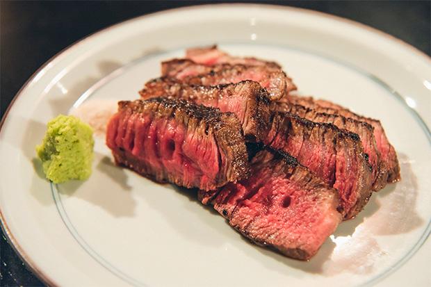富山牛ランプステーキ。これは田辺さんのリクエスト。塊のまま低温でじっくり火を通した柔らかなランプ肉を、岩塩とわさびでいただきます。「きょうおすすめの肉をちょっとだけ、といつも僕はイッセイに頼みます。すると自分が惚れ込んだ富山県産の赤身肉を出してくれる。それが間違いなくうまいので、富山の肉を見直しましたね」(田辺さん)1680円。