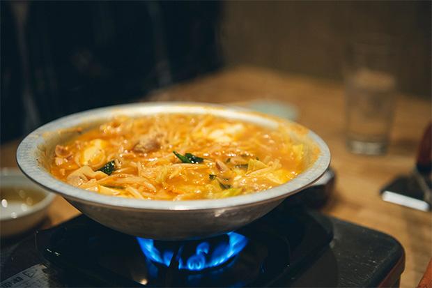 富山のモツ鍋は豚モツを味噌ダレに漬け込んだものを使い、具材は、もやし、キャベツ、ニラ、豆腐がお約束