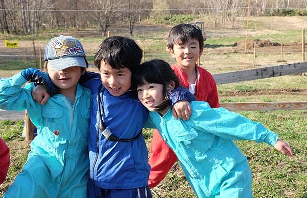 植えるタネが決まって「Radish Team!」と踊り出す子どもたち。