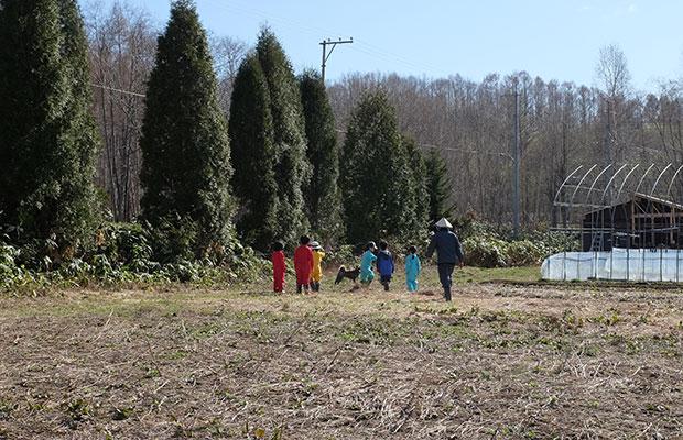 子どもたちの集中力は40分くらいが限界!? 後半は畑を駆け回っていた。