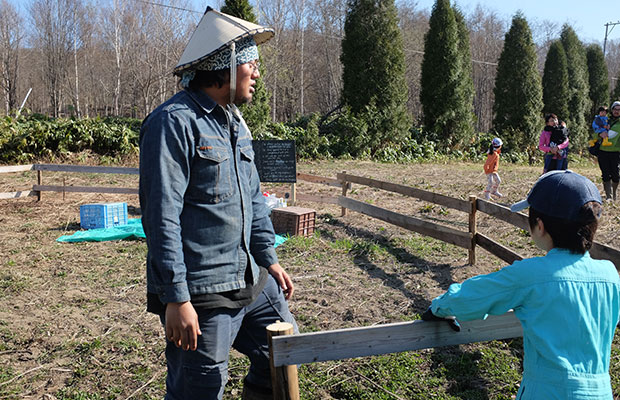 囲いの中が英会話の会用のガーデンとなった。トシくんがかぶっているのはフィリピンの農作業用の帽子。