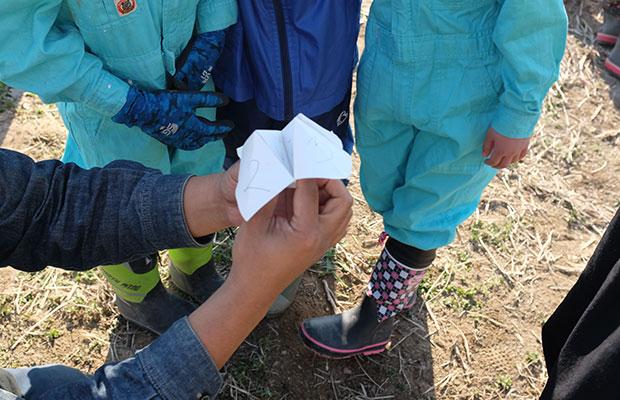 折り紙「パクパク」に書かれた数字を選んで、なんのタネを植えるか決定!