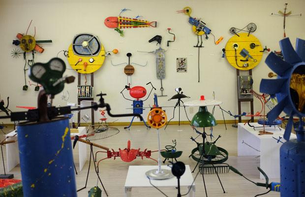 〈スクラップアート美術館〉。ババッチさんのオブジェは、美術の教科書にもたびたび取りあげられたおり、目にしたことのある方もいるのではないかと思う。美術館には多数の作品が並ぶ。