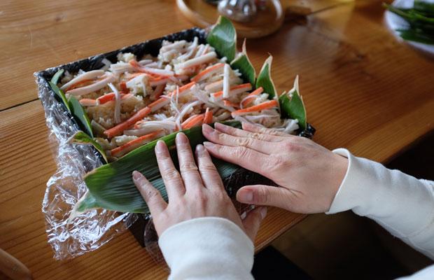 酢飯の上にカニカマや卵などの具材を層にして重ねて完成! 題して「笹の葉ミルフィーユ寿司」。