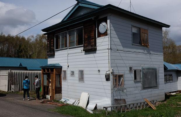 改修中の〈マルマド舎〉。宮浦さんは食に関わる仕事のほかに、現在、両親から引き継いだ札幌にある学生アパートのリノベーションにも着手していることもあり、作業の様子に興味津々だった。