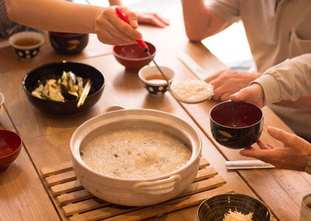 宮浦さんの〈Life on the table〉では、たったひとりのための食卓をつくったり、「おかゆのしあわせ」というワークショップを企画したりと、食にまつわるさまざまな提案を行っている。(写真提供:NPO法人こえとことばとこころの部屋[ココルーム])