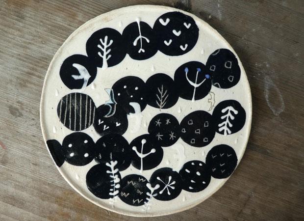 こむろさんの陶芸作品『雫の森』。陶板で絵本を描くというシリーズを制作している。(写真提供:こむろしずか)