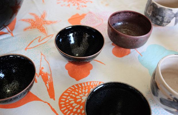 〈塚本竜玄玄窯記念館〉には、たくさんの黒い茶碗が置かれている。