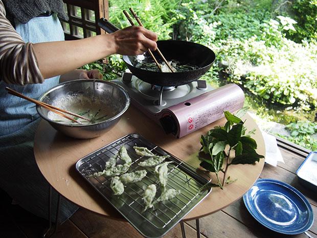 茶葉の天ぷらをつくる様子